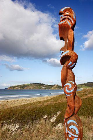 A-maori-carving-at-omaha-beach-nz799